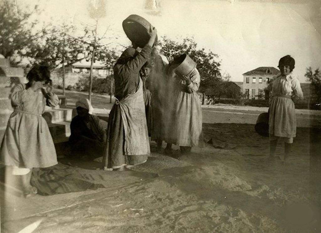 1923 unluk savuran kadınlar.A llben kenarı ,tahmini şimdik Kızılay Kan Merkezinin yeri