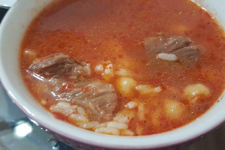 Et paçası, sadece Gaziantep yöresine özgü bir yemek çeşidi değildir. Et paçası Anadolu da da iyi bilinen bir yemektir. Et paçası salçalı, yoğurtlu veya sade olarak tüketilir.
