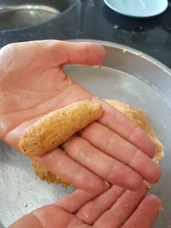 Fellah köfte Köfteyi elinizde silindir şeklinde ileri geri hareketle uzatın